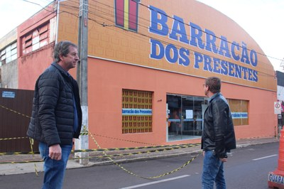 VEREADORES DA COMISSÃO DE OBRAS ACOMPANHAM SITUAÇÃO DE BARRACÃO INTERDITADO